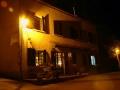 De auberge bij straatverlichting